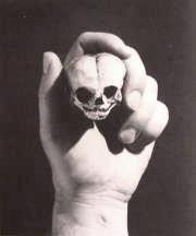 Totenkopf in Hand